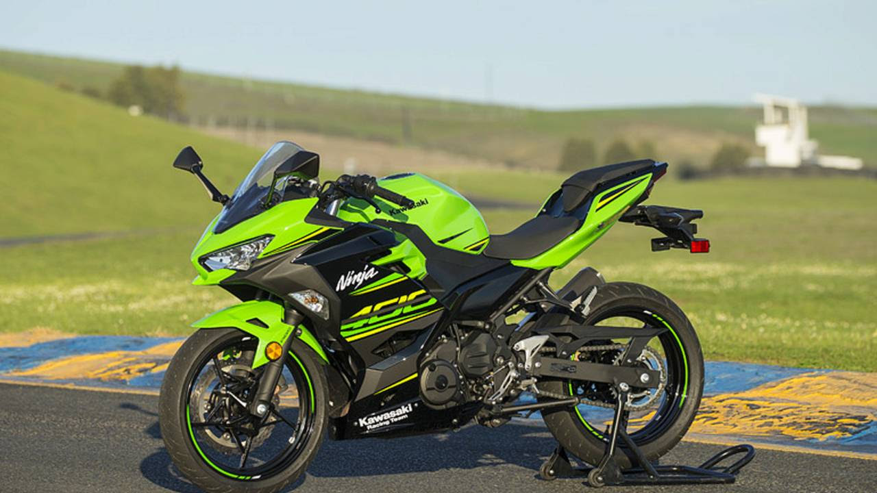 The Ninja 400 more closely resembles its big brother, the Ninja ZX-10R.